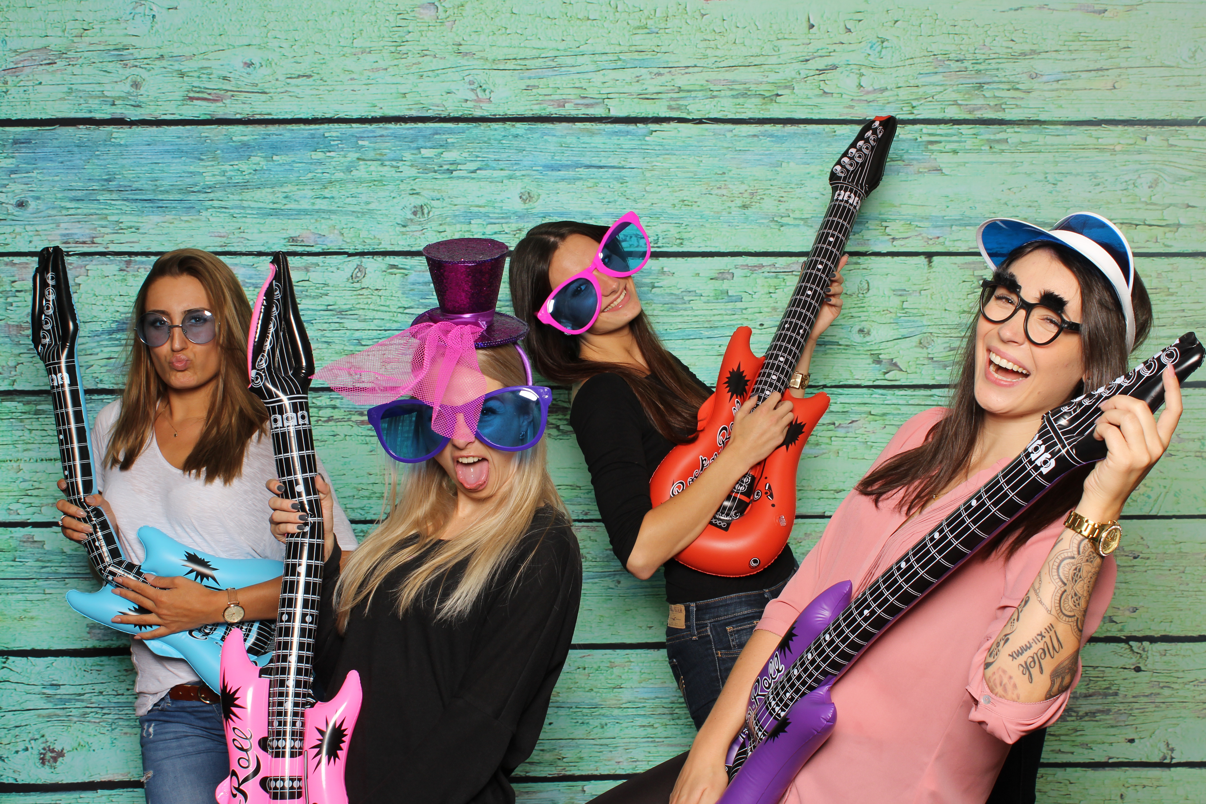Party mit Fotobox – Damen posen mit Gitarren vor Photobooth